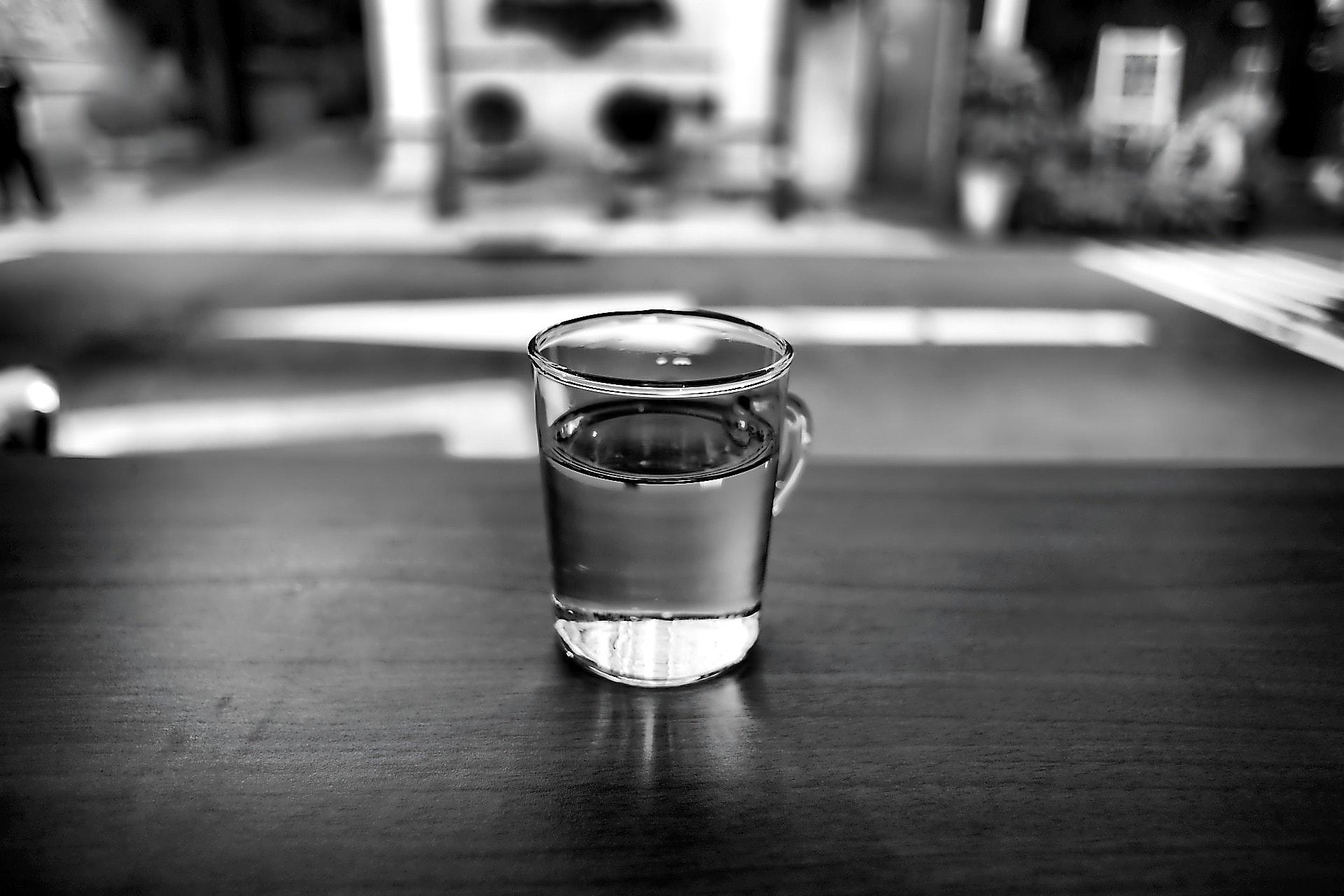 szklanka wody z rana