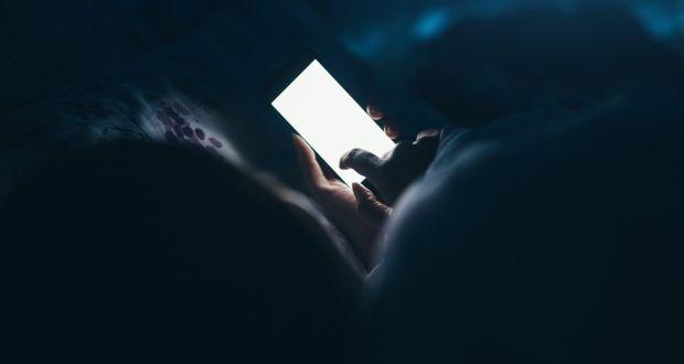 niebieskie światło telefonu